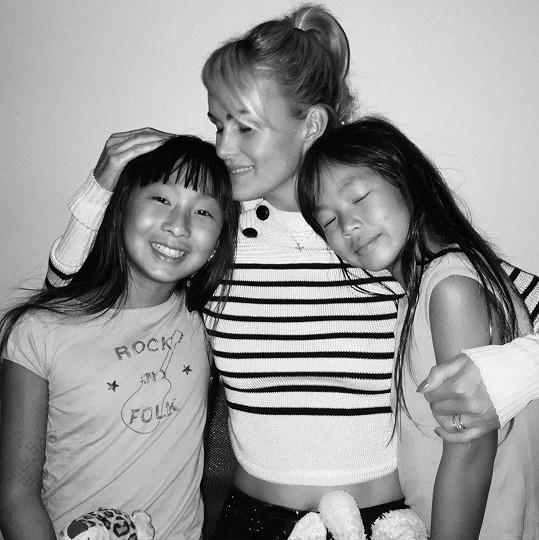 Laeticia Hallyday s dcerkami Joy a Jade