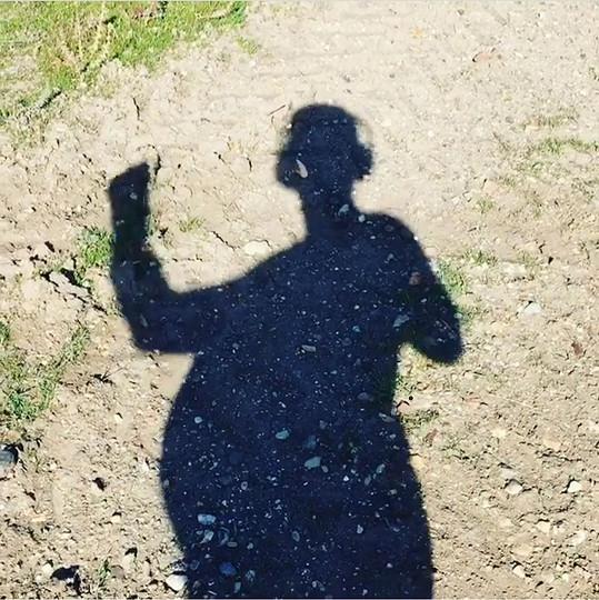 Zpěvačka na videu, kde si natáčí svůj legrační pupíkatý stín.