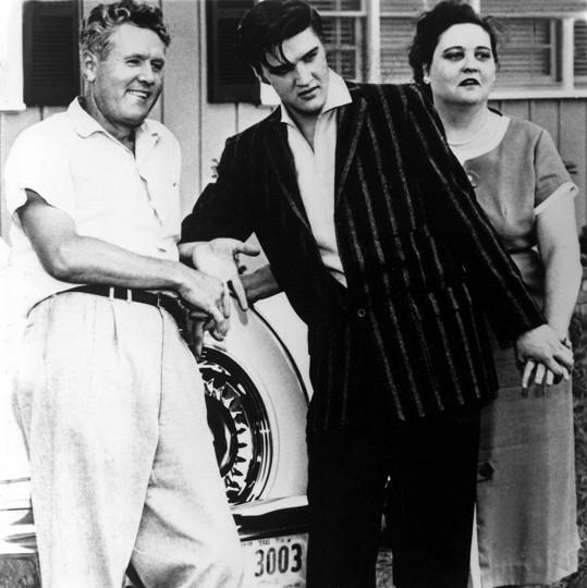 S rodiči Vernonem a Gladys, ta zemřela ve věku 46 let.