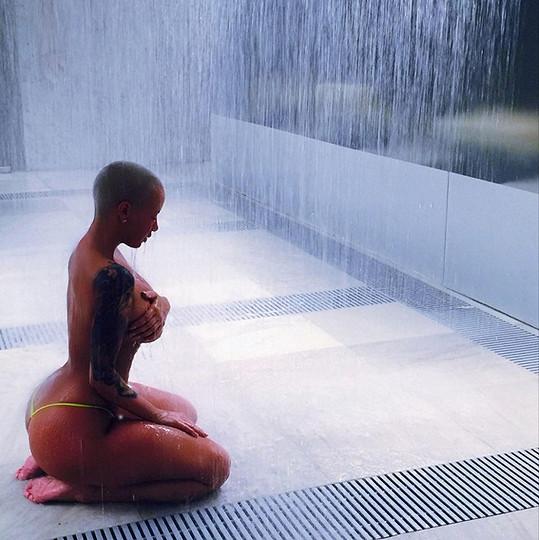 Amber Rose ve sprše odhalila ňadra.