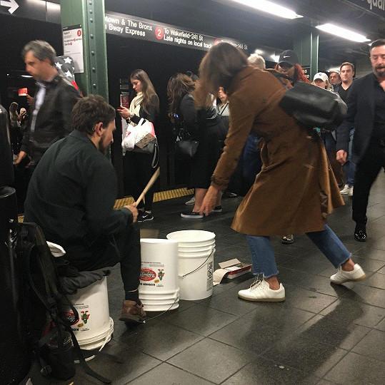 V metru podpořila tamního pouličního umělce. Hezké gesto. A to i přestože Katie rozhodně nemá hluboko do kapsy.