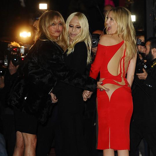 Blonďaté komando v akci. Goldie Hawn upozorňuje fotografy na detaily šatů své dcery Kate Hudson, jejichž autorkou je rozdováděná Donatella Versace (uprostřed).