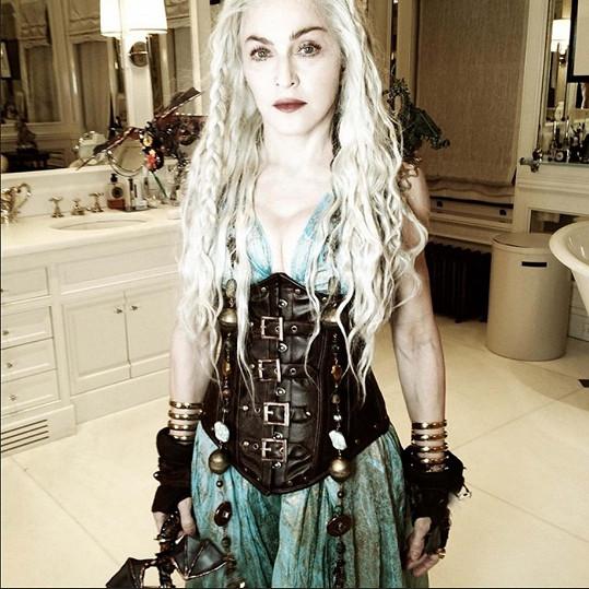 Do postavy Daenerys Targaryen ze seriálu Hra o trůny se zpěvačka stylizovala už na fotografii z března 2014.