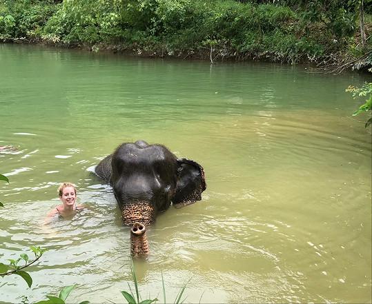 Sabina Křováková a její koupačka se slonem