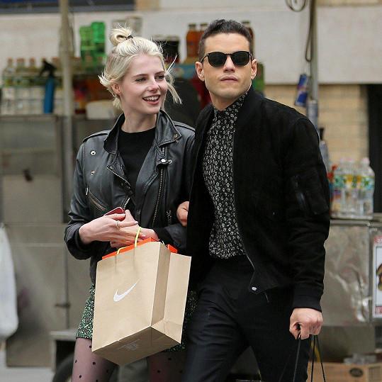 Zamilovaný pár v ulicích New Yorku