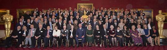 Kompletní sestava oceněných Britů s královským párem