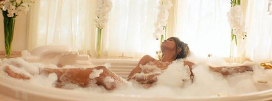 Dopřávala si relax ve vaně.