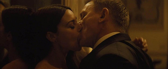 V bondovce Spectre si Bellucci s Craigem střihli vášnivý polibek.