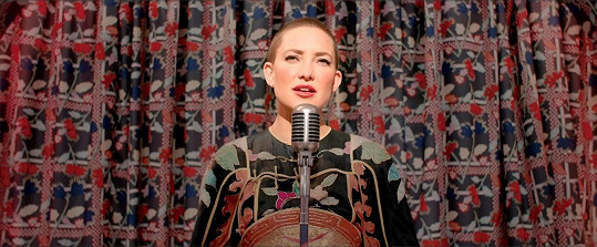 Ve filmovém muzikálu s názvem Music hrála s oholenou hlavou.