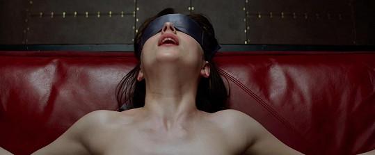 Dakota Johnson zalitovala, že šla do postelových scén v Padesáti odstínech.