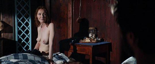 Herečka ukázala prsa.