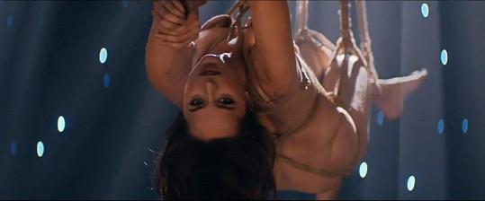 Dakota Johnson se v klipu Earned It znovu odváže.