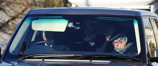 Rupert Murdoch na svou nastávající čekal poslušně v autě.
