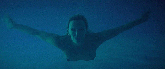 V bazénu se koupala nahá.