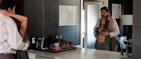 Holly Hunter a Alfred Molina ve filmu Breakable You