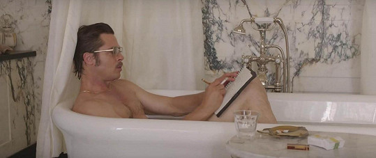 Brad Pitt se v režii Angeliny odhalil ve vaně.