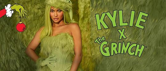 Kylie promuje vánoční kolekci kosmetiky Kylie Cosmetics inspirovanou Grinchem.