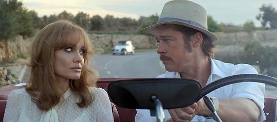 Angelina s Bradem ve filmu U moře (2015). I tady měla světlejší vlasy.