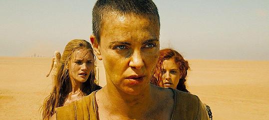 Ani Charlize Theron neměla s tímto sestřihem pro film Šílený Max: Zběsilá cesta problém.