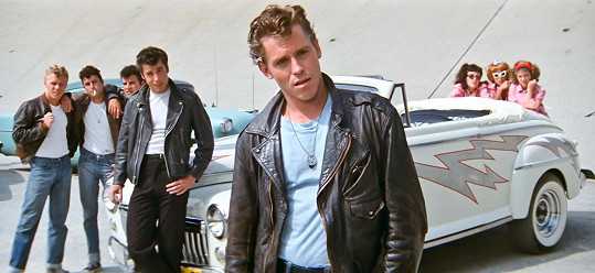 Jeff Conaway hrál na Brodwayi hlavní postavu Dannyho Zuka, ve filmu mu ale přidělili roli Kenickieho.