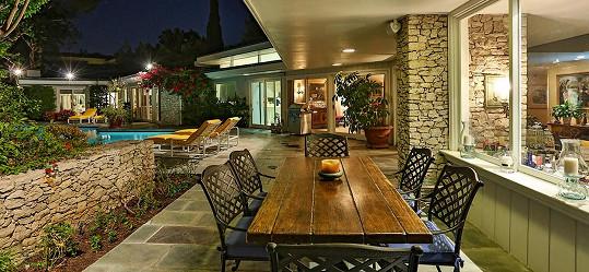 Okolí domu poskytuje spoustu prostoru a možností k relaxaci.