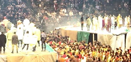 Přehlídku v Madison Square Garden odchodily stovky modelek a modelů.