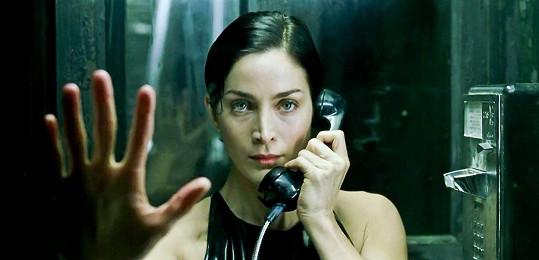 Od dob, kdy hrála Trinity v Matrixu, se tolik nezměnila.