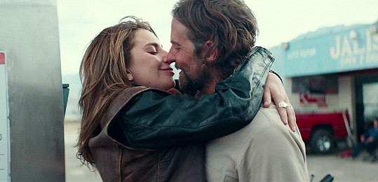 Bradley Cooper a Lady Gaga ve filmu Zrodila se hvězda (2018)