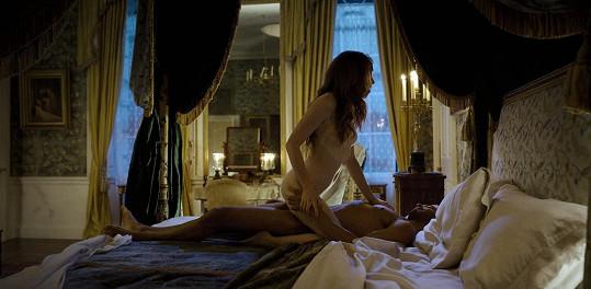 Herci v jedné z milostných scén, jimiž dobový seriál nešetří.