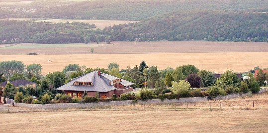 Domek se nachází uprostřed malebné krajiny.