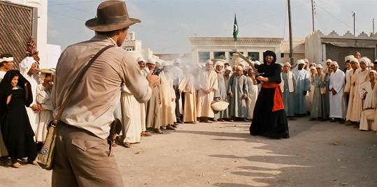 Při této scéně v Dobyvatelích ztracené archy mělo dojít k epickému souboji, Harrison Ford byl ale nemocný, tak to vyřešil po svém.