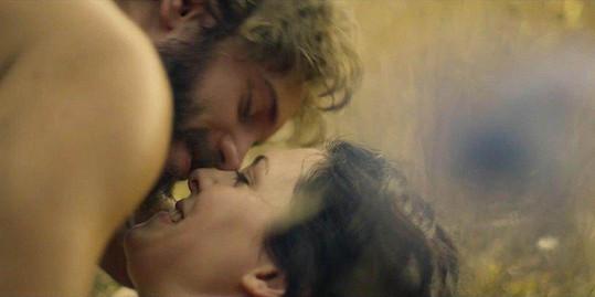 Bella Dayne a Louisem Hunterem při intimní scéně