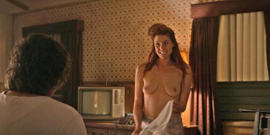 Kate Nash se v seriálu Glow ukázala nahoře bez.