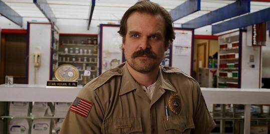 Harbour jako Jim Hopper v seriálu Stranger Things