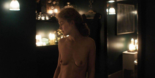 Rosamund Pike ukázala ve filmu A Private War ňadra.