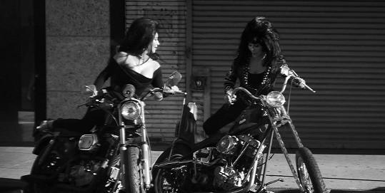 Vyzkoušely si role motorkářek.