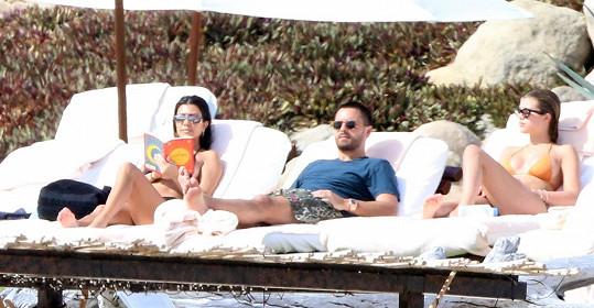 S ním a jeho expartnerkou Kourtney Kardashian jezdila i na dovolené.