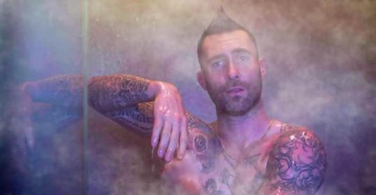 Adam rád předvádí své tělo.