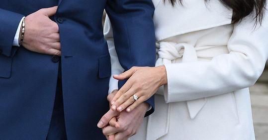 Zásnubní prsten, který prince herečce Meghan navlékl, sám navrhl.