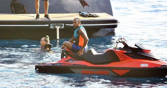 Se známým závodníkem F1 a dalšími přáteli si užívala na jachtě.