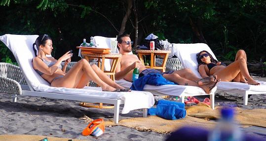 Na Kostarice je Kim se svou sestrou Kourtney a jejím expartnerem Scottem Disickem.