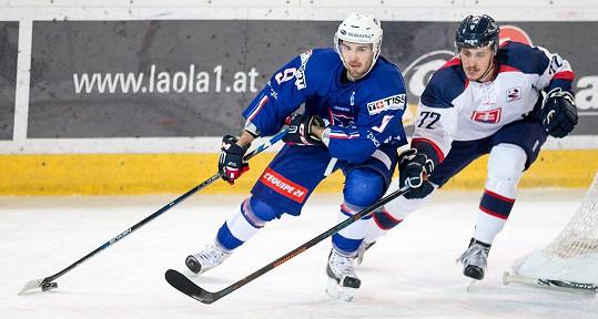 O Nelino srdce se uchází slovenský hokejista Lukáš Kozák (vpravo).
