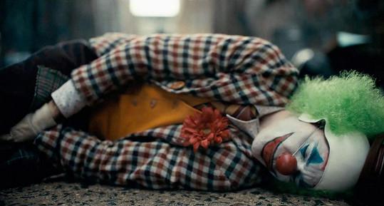 Phoenix se inspiroval lidmi s posttraumatickým syndromem, sám herec jako jeden z mála představitelů Jokera psychické problémy kvůli přípravě na roli neměl.
