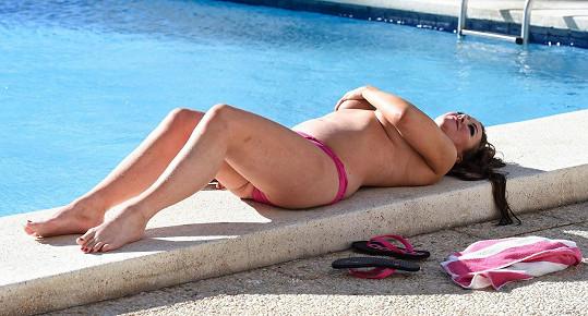 Lisa své tučné tělo vystavila zimnímu slunci.
