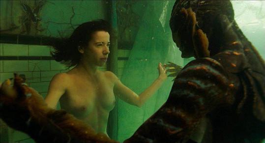 Sally Hawkins při intimní scéně s obojživelníkem