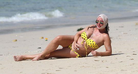 Z kliniky šla rovnou na pláž.