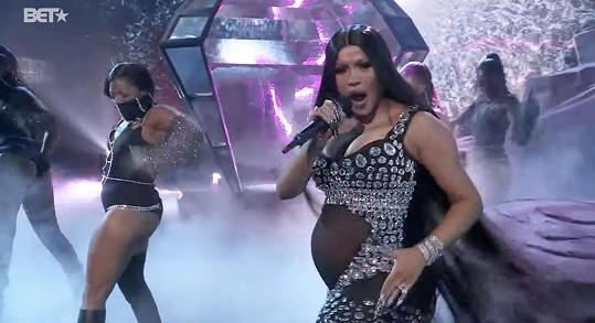 Tanečkem v sexy blyštivém outfitu oznámila druhé těhotenství.