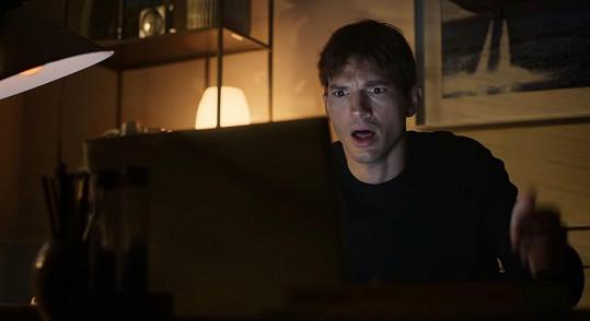 Ashton Kutcher přistihl manželku při sledování milostných scén.