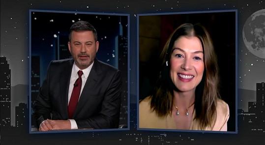 Zážitky z vody Rosamund Pike vyprávěla v show Jimmyho Kimmela.