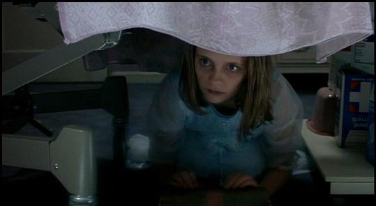 Mischa Barton jako duch dívenky, kterou otrávila matka